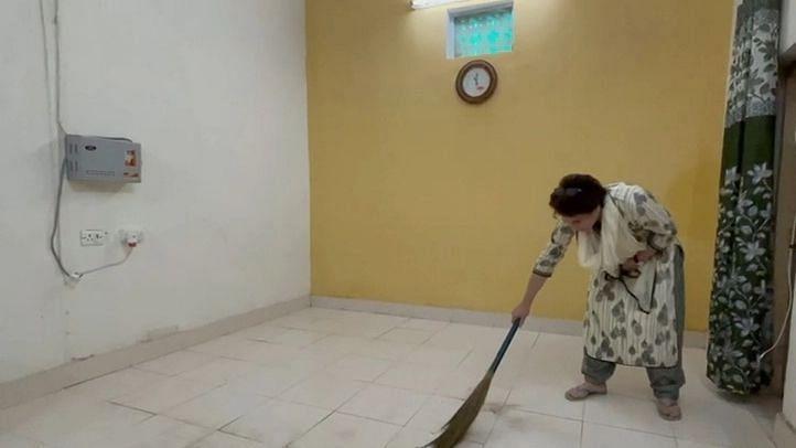 उत्तर प्रदेश: प्रियंका गांधी का कमरे में झाड़ू लगाते हुए वीडियो सोशल मीडिया पर वायरल