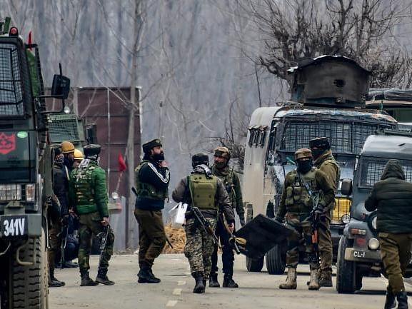 Pulwama Encounter: पुलवामा में आतंकियों से मुठभेड़ जारी, लश्कर कमांडर उमर मुश्ताक सुरक्षा बलों के घेरे में
