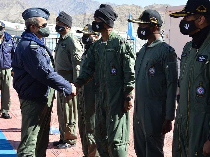 India-China Border Dispute: सीमा पर तनाव के बीच वायुसेना प्रमुख पहुंचे लद्दाख, तैयारियों का लिया जायजा