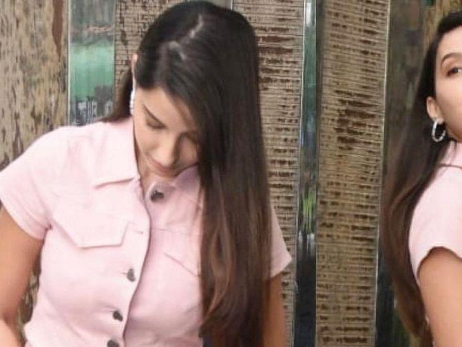 शॉर्ट स्कर्ट पहनकर मुंबई की सड़कों पर निकलीं बॉलीवुड अभिनेत्री नोरा फतेही, दिलकश अंदाज़ हुआ कैमरे में कैद