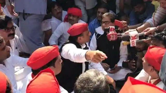 लखीमपुर हिंसा: प्रियंका गाँधी के बाद अखिलेश-शिवपाल भी हिरासत में, लखनऊ में दे रहे थे धरना